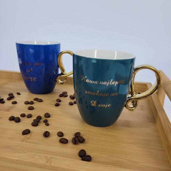 granatowy kubek kawa