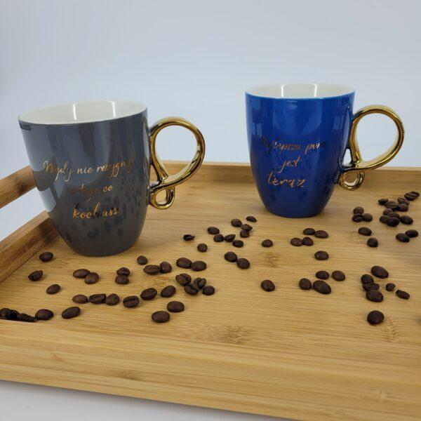 niebieski kubek kawa